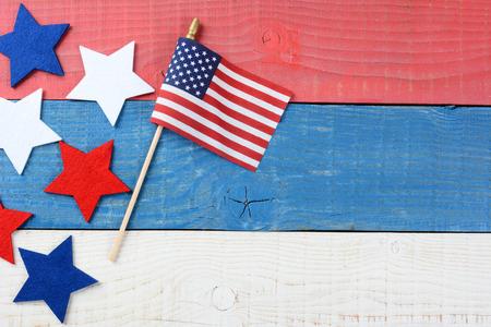 赤、白、青のピクニック テーブルの上のアメリカの国旗と生地星のハイアングル撮影。コピー スペース、7 月 4 日、記念日のプロジェクトに最適で
