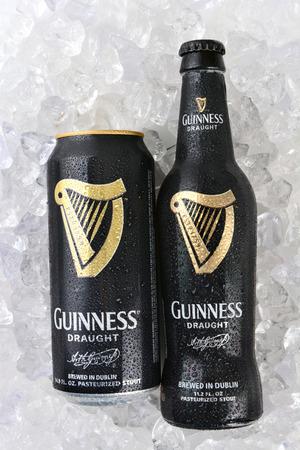 cerveza negra: IRVINE, CA - 11 de enero de 2015: Una botella y lata de Guinness Draught en hielo. Guinness ha sido la producción de cerveza en Irlanda desde 1759, y es una de las marcas más exitosas del mundo.