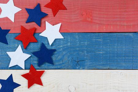 白赤の高角度のショット、青星愛国ピクニック テーブルの上。木製のテーブルには、赤、白、青が描かれています。記念日や 7 月のテーマは、copyspa