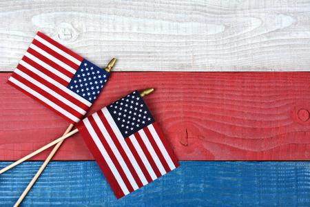 빨간색, 흰색 및 파란색 피크닉 테이블에 두 개의 교차 미국 국기의 높은 각도 쐈 어. 가로 형식으로 복사본 공간입니다.