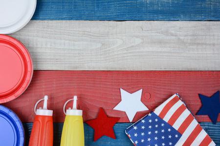 赤、白および青の愛国的なピクニック用のテーブルのハイアングル撮影。コピー スペース付き水平フォーマットです。アメリカの祝日に最適: 記念