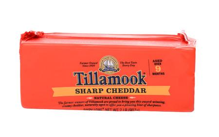 cooperativa: IRVINE, CA - 28 de enero 2015: Un paquete de 2 libras de Tillamook de Sharp Cheddar Cheese. Asociaci�n Creamery condado de Tillamook (TCCA) es una cooperativa de productos l�cteos con sede en el condado de Tillamook, Oregon.
