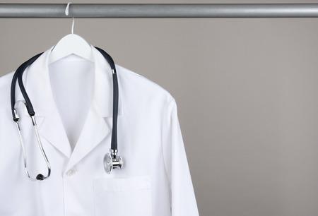 ropa colgada: Un médico Foto de archivo
