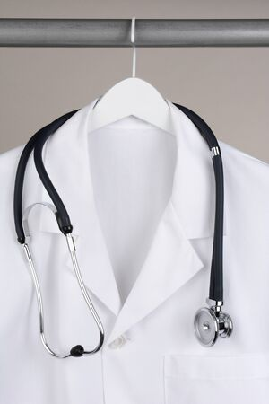 bata de laboratorio: Primer plano de un médico
