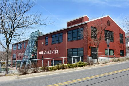 eventos especiales: Port Jefferson, NY - 6 de abril de 2015: Port Jefferson Village Center. La apertura en 2005, el centro es un espacio para las funciones sociales, recreativas y educativas, adem�s de exposiciones y eventos especiales. Editorial