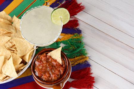 Alto angolo di vista di un cocktail margarita con patatine e salsa su un bianco rustico tavolo di legno. Formato orizzontale con copia spazio. Archivio Fotografico - 39041493