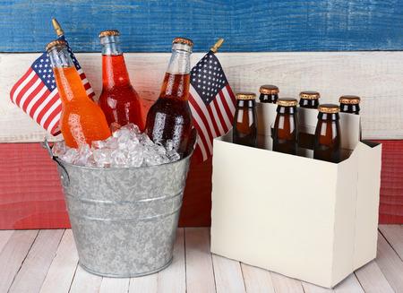 julio: un cubo de hielo llena de soda y un paquete de seis de cerveza contra un fondo patriótico rojo, blanco y azul. Perfecto para el Memorial Day y 4 de Julio proyectos temáticos.