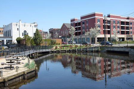 checker board: Riverhead, NY - 04 de mayo 2015: Milton L. Quemaduras Park. Un peque�o parque urbano en el r�o Peconic en Riverhead, Long Island, Nueva York, con los bancos del parque, ajedrez y mesas de sal�n corrector.