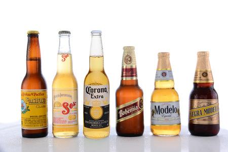 botellas de cerveza: IRVINE, CA - 14 de junio 2015: Popular Mexicano Beers. Pacifico, Sol, Corona, Bohemia y Modelo botellas de cerveza en una mesa h�meda con reflejos. Editorial