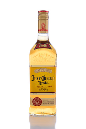 IRVINE, Californië - 14 juni 2015: Jose Cuervo Especial Tequila Gold. Opgericht in 1795 door Don Jose Antonio de Cuervo, is het de best verkopende Blue Agave Tequila in de wereld. Stockfoto - 41006451