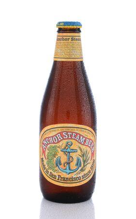 ancla: IRVINE, CA - 14 de junio de 2015: Una sola botella de cerveza Ancla vapor. Ancla Brewing Co. es uno de los últimos cervecerías restantes para producir California cerveza común, también conocido como la cerveza de vapor.