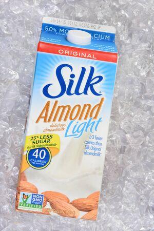 이 빙수, 캘리포니아 -2010 년 7 월 23 일 : 실크 아몬드 빛의 카 톤 얼음 침대에. 실크는 유제품이없는 아몬드 밀크 음료를 생산합니다. 스톡 콘텐츠 - 44214245