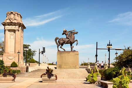 CHICAGO, ILLINOIS - AUGUST 22, 2015: Equestrian Indian shooting arrow. Created by Ivan Metrovic the statues were created to  commemorate the tribes that once roamed Illinois. 新聞圖片