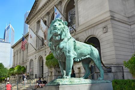 시카고, 일리노이 - 2015 년 8 월 22 일 : 사자 동상. 이 동상은 조각가 인 에드워드 케미 스 (Edward Kemeys)가 시카고 아트 인스티튜트 (Art Institute of Chicago)의  에디토리얼
