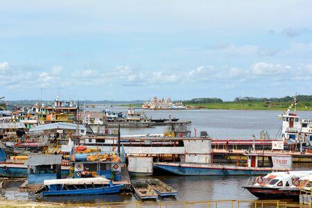 rio amazonas: IQUITOS, PER� - 11 de octubre, 2015: Barcos en el muelle en el r�o Itaya. Iquitos es la metr�poli m�s grande de la Amazon�a peruana, y la sexta ciudad m�s poblada de Per�.