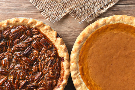 Gros plan de deux tartes sur une table de fête de Thanksgiving. Citrouille et aux pacanes tartes sont desserts traditionnels pour la fête américaine. Banque d'images - 48781886