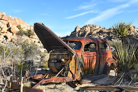 coche antiguo: JOSHUA TREE, CALIFORNIA - JANUARY 1, 2016: Old Stoves at Keys Ranch. The property is littered with items collected by homesteader Bill Keys. Editorial