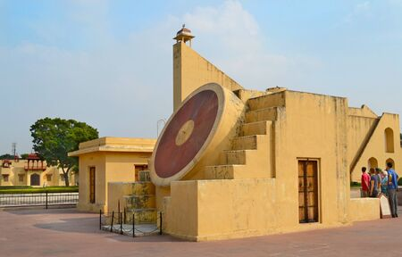 reloj de sol: JAIPUR, INDIA - 2 de NOVIEMBRE 2015: Jantar Mantar monumento. Una colección de instrumentos astronómicos arquitectónicos como el más grande del mundo reloj de sol de piedra.