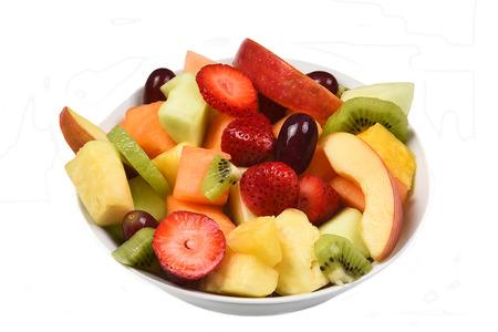 Een kom van vers gesneden fruit. Geïsoleerd op wit vruchten omvatten, aardbei, ananas, appel, Cantaloupe, honingdauw meloen, kiwi en druiven. Stockfoto - 53558429