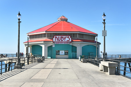 huntington beach: HUNTINGTON BEACH, CA - MARCH 25, 2015: Rubys Surf City Diner. The restaurant has been a fixture on the citys pier since 1980.