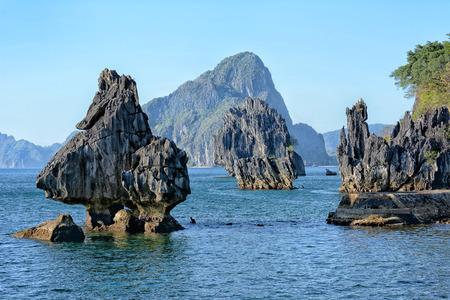 Formazioni calcaree a Lagen Island, El Nido, Palawan, Filippine Archivio Fotografico - 57811112