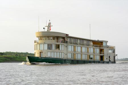 río amazonas: IQUITOS, PERÚ - 13 de octubre, 2015: El barco de cruceros Descubrimiento del río Amazonas. El barco de lujo explora la selva y ríos de la Amazonía peruana.