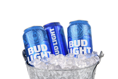 Irvine, Kalifornia - 25 sierpnia 2016: Puszki Bud Light w wiaderku z lodem. Bud Light jest jednym z najlepiej sprzedających się piw domowych w Stanach Zjednoczonych.