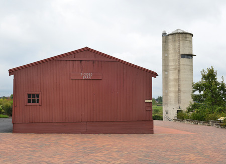 peck: GENEVA, ILLINOIS - SEPTEMBER 9, 2016: Observation Silo and 3 Sided Barn at the Peck Farm Park Interpretative Center, a 385 acre natural retreat.