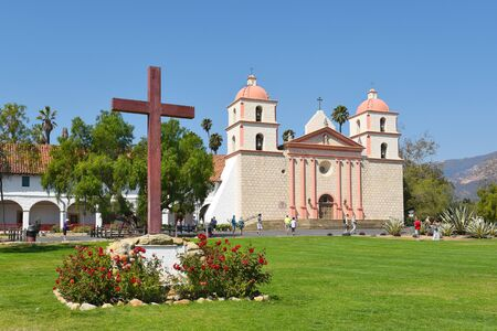 santa barbara: SANTA BARBARA, CALIFORNIA - SEPTEMBER 21, 2016: Cross at the Santa Barbara Mission. Founded in 1786, the present day church was destroyed by an earthquake in 1925 and later restored.