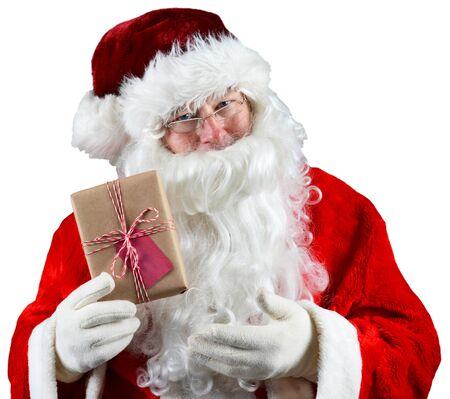 reciclable: Santa Claus sosteniendo un paquete envuelto marrón. El regalo reciclable respetuoso del medio ambiente está atada con una cuerda y tiene una etiqueta de regalo en blanco. Sobre Blanco.
