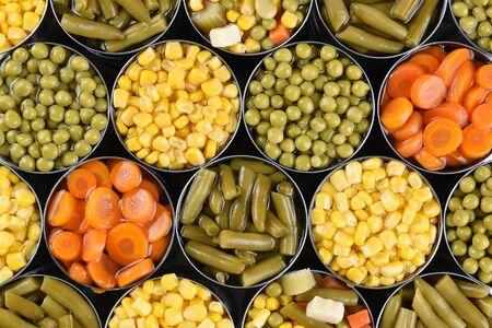Gruppe von offenem Gemüse in Dosen Schuss aus einem hohen Winkel. Verschiedene Gemüse Karotten, Mais, grüne Bohnen, Erbsen und gemischtes Gemüse.