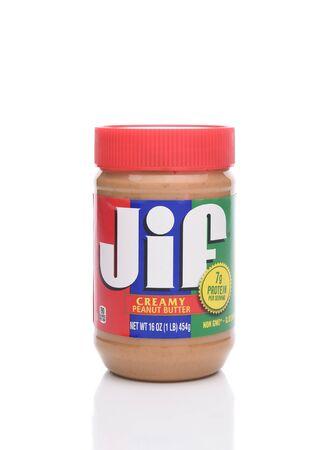 IRVINE, KALIFORNIEN - 22. JANUAR 2017: Jif Creamy Peanut Butter. Von der JM Smucker Company, eingeführt 1958, ist es seit 1981 die führende Marke in den USA. Editorial