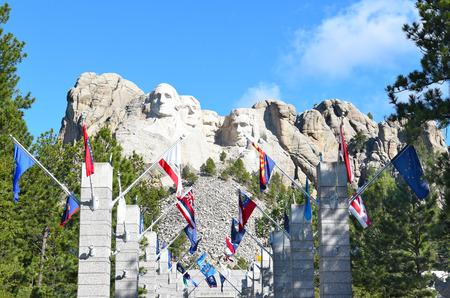 george washington: KEYSTONE, DAKOTA DEL SUR - 23 DE JUNIO DE 2017: Monte Rushmore National Memorial. Avenida de banderas con el monumento en la distancia.