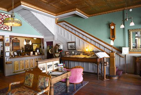 버팔로, 위닝 -2007 년 6 월 23 일 : 서양 호텔 프론트 데스크. 보즈 먼 트레일 (Bozeman Trail) 근처에있는 Bighorn Mountains 산기슭에 1880 년에 설립 된이 호텔은  에디토리얼
