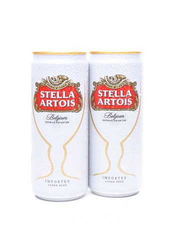 IRVINE, CA - JULI 17, 2017: Blikken bier Stella Artois op wit. Stella wordt al sinds 1926 in Leuven, België, gebrouwen en gelanceerd als een feestelijk bier, vernoemd naar de kerstster. Redactioneel