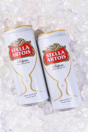 IRVINE, CA - JULI 17, 2017: Blikken van Stella Artois Bierclose-up op Ijs. Stella wordt al sinds 1926 in Leuven, België, gebrouwen en gelanceerd als een feestelijk bier, vernoemd naar de kerstster.