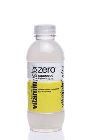 IRVINE, CA - 22 SEPTEMBER 2017: Glaceau Vitaminewater Nul gedrukte limonade. Glaceau is een privé-dochter van The Coca-Cola Company Stockfoto - 86345571