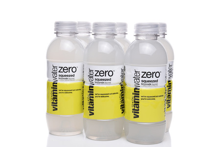 IRVINE, CA - 22 SEPTEMBER 2017: Glaceau Vitaminewater Nul gedrukte limonade. Glaceau is een privé-dochter van The Coca-Cola Company Stockfoto - 86345573