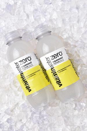 IRVINE, CALIFORNIË - OKTOBER 30, 2017: Glaceau Vitaminewater Nul gedrukte limonade op ijs. Glaceau is een privé-dochter van The Coca-Cola Company