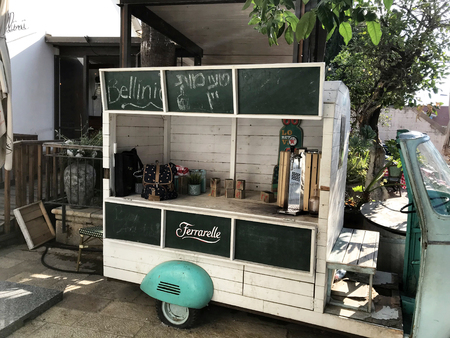 TEL AVIV, ISRAEL - MAY 15, 2018: Bellini Italian Restaurant Beverage Cart. Bellini is located in Neve Tzedek, known for its cozy alleys reminiscent of Europe. Stock fotó - 110718985
