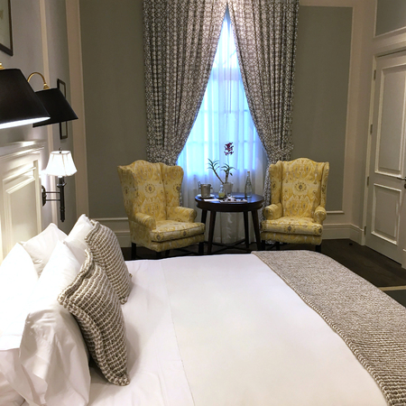 GUAYAQUIL, ECUADOR - FEBRUARY 15, 2017: Hotel del Parque guestroom. A beautiful and lovingly restored 19th century property, nestled into a tropical oasis in the heart of the city. Stockfoto - 117655067