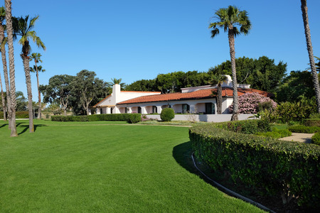 SANTA BARBARA, CALIFORNIA - APRIL 12, 2019: Grounds and buildings at the Hilton Santa Barbara Beachfront Resort, located minutes from downtown with stunning views from every room. 写真素材 - 122442902