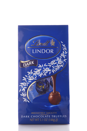 IRVINE, CALIFORNIA - MAY 6, 2019: A 5 ounce package of Lindor Dark Chocolate Truffles from Lindt. 新聞圖片