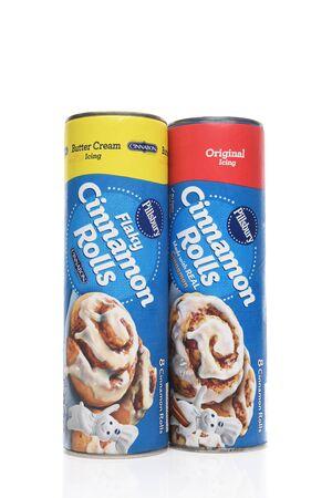 IRVINE, CALIFORNIA - AUGUST 14, 2019: Two packages of Pillsbury Cinnamon Rolls. Archivio Fotografico - 137608386