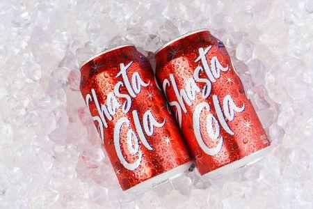 IRVINE, CALIFORNIA - AUGUST 19, 2019: Closeup of two Shasta Cola cans in ice. Archivio Fotografico - 137608404