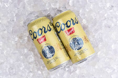 IRVINE, CALIFORNIA - AUGUST 19, 2019: 2 cans of Coors Banquet Beer on ice. Brewed solely in Golden, Colorado with Rocky Mountain water and Moravian barley. Archivio Fotografico - 137608406