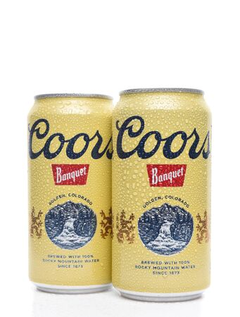 IRVINE, CALIFORNIA - AUGUST 19, 2019: 2 cans of Coors Banquet Beer with condensation. Brewed solely in Golden, Colorado with Rocky Mountain water and Moravian barley. Archivio Fotografico - 137608411