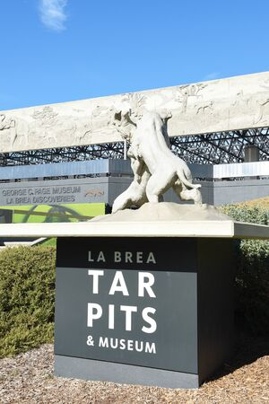 LOS ANGELES - NOVEMBER 24, 2017: George C Page Museum at the La Brea Tar Pits. Situated within what was once the Mexican land grant of Rancho La Brea and now part of the Miracle Mile district. Archivio Fotografico - 137608472