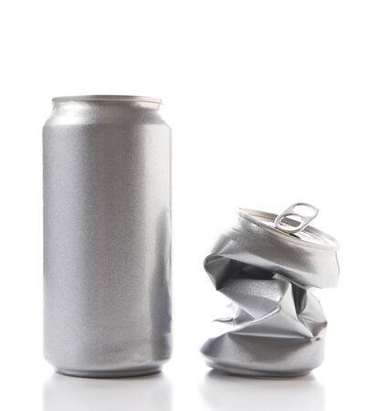 Nahaufnahme einer vollen Aluminiumdose und einer zerquetschten leeren Dose. Dosen haben kein Etikett. Standard-Bild