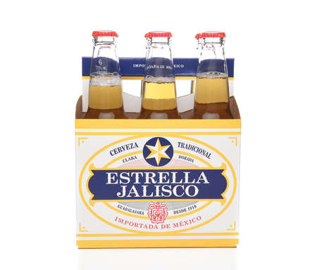 IRVINE, CALIFORNIA - MARCH 21, 2018: Six pack of Estrella Jalisco Beer side view. Estrella Jalisco is a American Lager style beer brewed by Grupo Modelo, Redactioneel